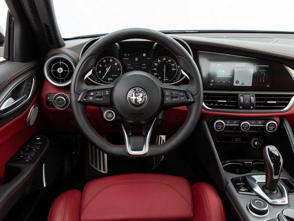 2020 Alfa Romeo Giulia : การตกแต่งภายในรถที่มีสีสันที่สุด